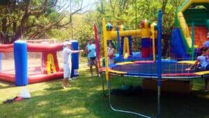 brinquedos infláveis em festa